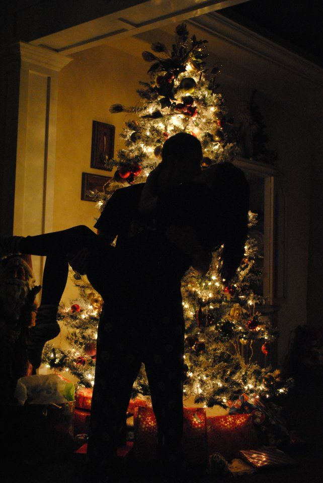 7affffa260671f2da20cfbf347d5e5cf--couple-christmas-pictures-christmas-couple